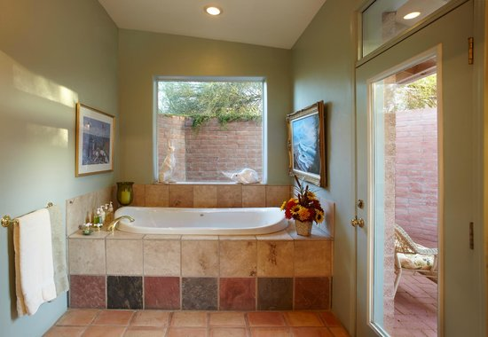 Cactus Cove Bed and Breakfast Inn: Saguaro Massage jacuzzi