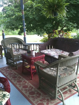 Rose & Thistle Bed & Breakfast: Sitting area on wraparound porch