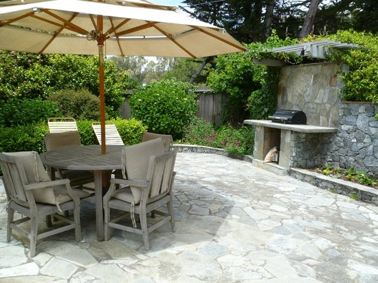 Ferrando's Hideaway Cottages: Patio of Alberti Cottage with BBQ