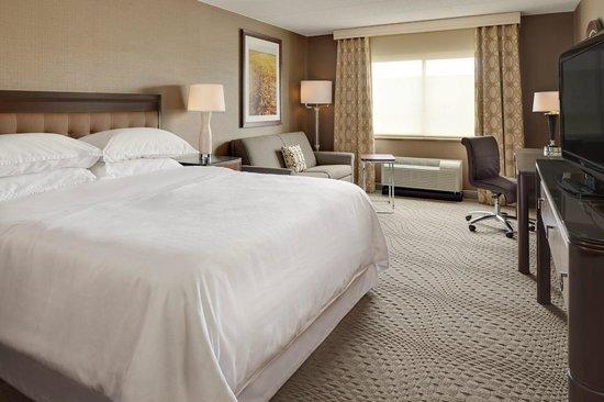 Sheraton Omaha Hotel: King Guestroom