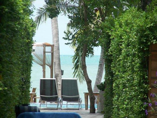 Tango Luxe Beach Villa:                   Chemin ,vers bar piscine et plage