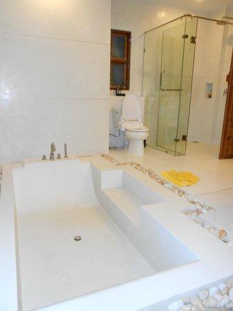 Tango Luxe Beach Villa:                   Sale de bain magnifique avec douche et splendide baignoire