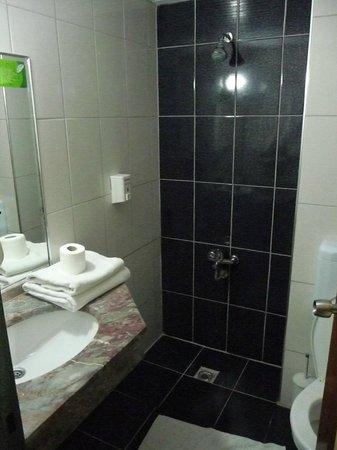 Hotel Benna:                   la petite salle de bain ... avec WC