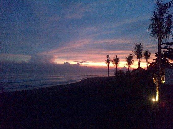 Komune Resort, Keramas Beach Bali:                   Komune Beach Club during sunset