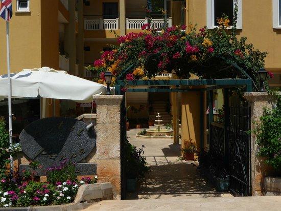 Hotel Benna:                   entrée de l'hôtel depuis la rue