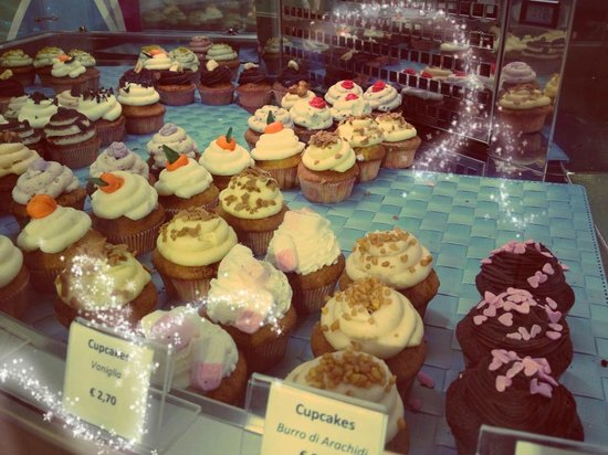 Cake And The City:                   Cupcakes in vetrina