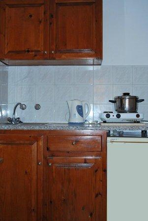Koula Apartments: kitchen