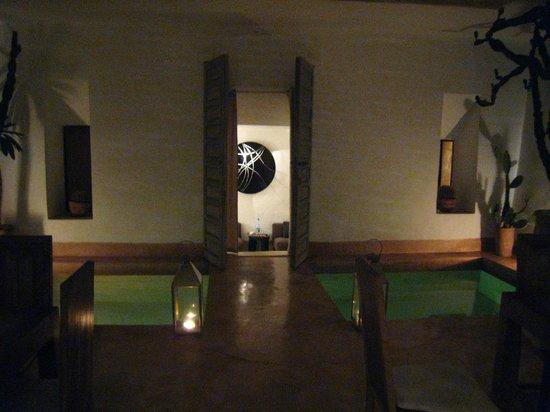 Riad de Vinci:                   entrada a habitación junto a piscina