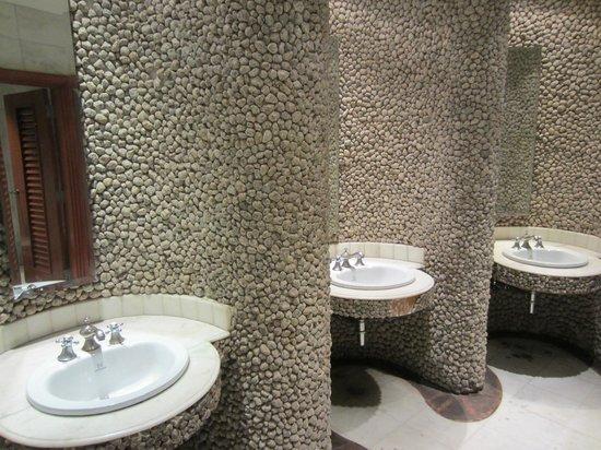 حياة ريجنسي كاتماندو:                   Ladies restroom Rox bar                 