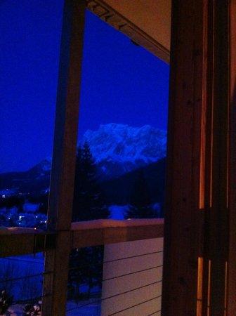 Hotel MyTirol :                   Blick aus dem Zimmerfenster auf die Zugspitze