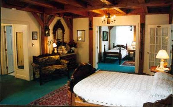 Haan's 1830 Inn: Timeless Luxury: Looking into the adjacent sun room with two twin beds