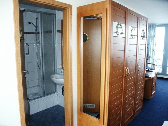 Hotel Hiddenseer am Ozeaneum:                   Zimmer 13 Schrank/Bad