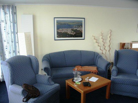 Hotel Hiddenseer am Ozeaneum:                   Zimmer 13 Wohnbereich