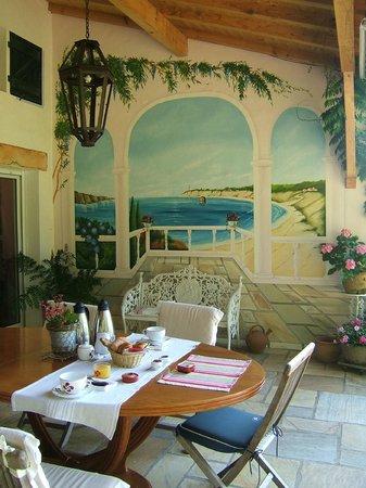 Maison Elgartea :                                     magnifique déco peinte en trompe-l'oeil sur la terrasse
