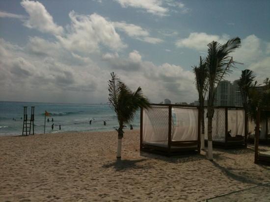 Krystal Cancun:                   camitas en la playa del hotel Krystal