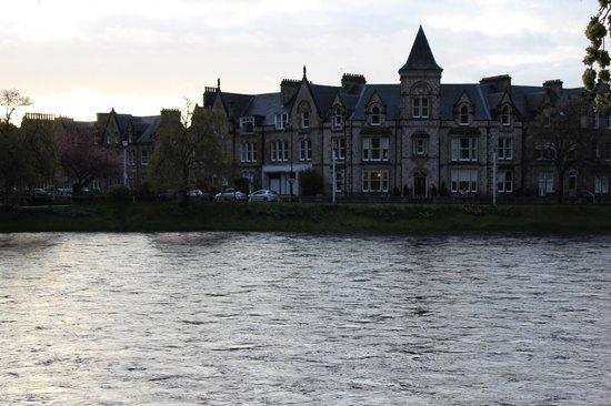 Strathness House:                   l'hotel, au bord de la ness river.