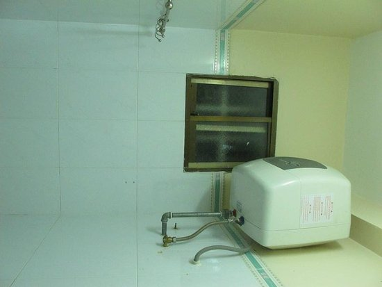 Dalat Green City Hotel:                   bathroom window - finestra del bagno
