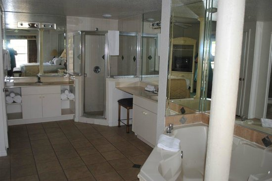 Mystic Dunes Resort & Golf Club:                   bathroom