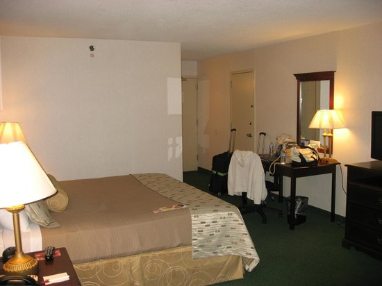 Clarion Hotel Philadelphia International Airport :                   Clarion Hotel Room 233 Foyer & Desk