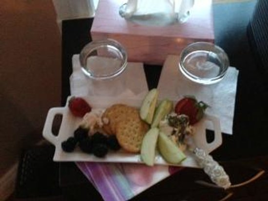Hillview Haven B&B:                   fruit and cheese -mmmmmmmmmmmmmmm