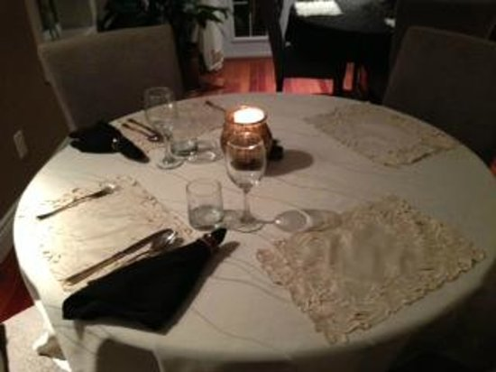 Hillview Haven Estate:                   dining table - candle light