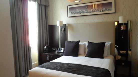 Rydges Kensington London:                   street-side room