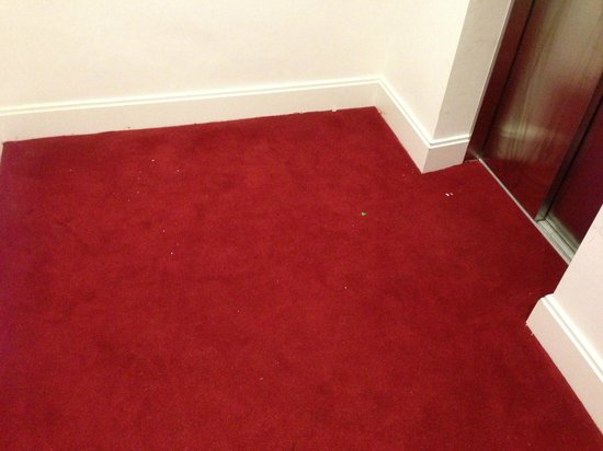 Holiday Inn London - Kensington:                   uncleaned lift lobby and stairwell