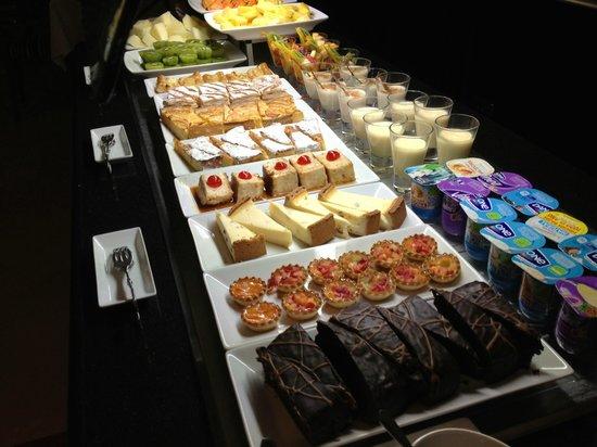 Melia Marbella Banus:                   Mostrador de postres del Buffet de comidas y cenas