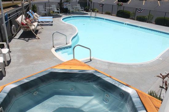 Scenic Hills Inn: Outside Pool & Hot Tub