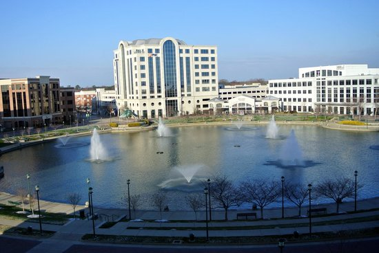 Newport News Marriott at City Center:                   The fountains