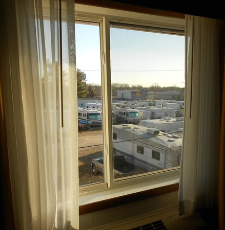 BEST WESTERN PLUS Newark/Christiana Inn:                   okay...if scenic views is your thing....you'll be bummed out...but, everything
