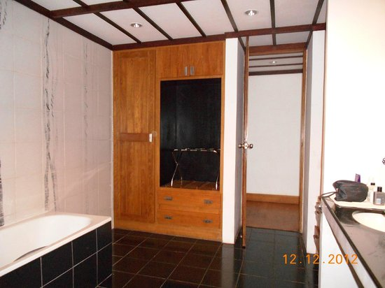 Heritance Kandalama:                                     wardrobe in bathroom