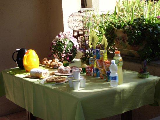 Villa Medullia:                   Buffet della colazione all'aperto