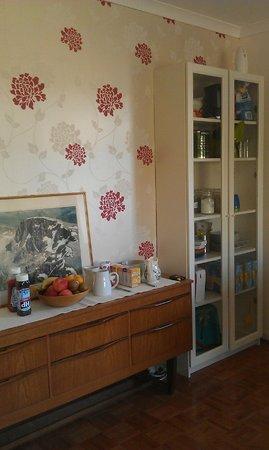 Elemdee Bed & Breakfast: Guest lounge with self-serve continental breakfast