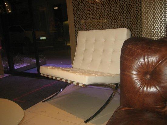 Hotel 7 Eiffel:                                                       sillones en blanco modelo Barcelona de Mie