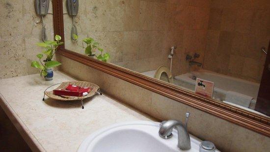 Kusuma Sahid Prince Hotel:                   need a cleaner bathroom