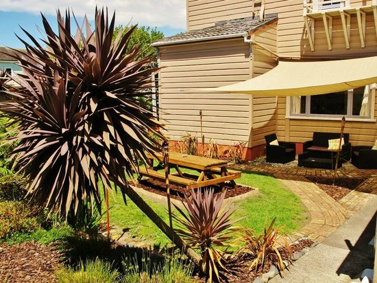 Ponsonby Backpackers: beautiful sunny garden area