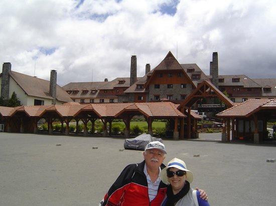 """Llao Llao Hotel and Resort Golf Spa:                   """"Imagen de una vista del Ala Moreno con el Estacionamiento y algún vehículo pa"""