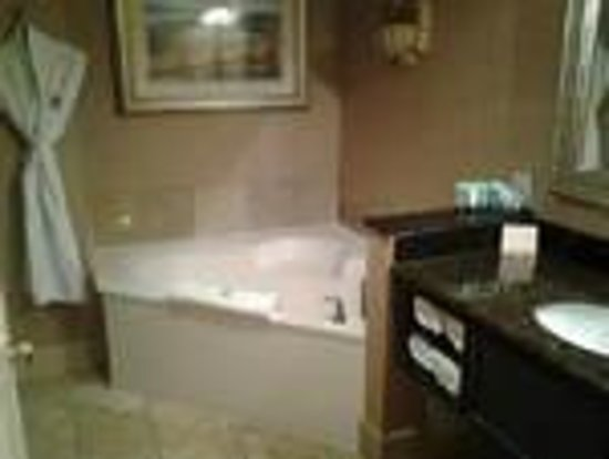 Chateau Elan Winery And Resort:                   Spacious bathroom