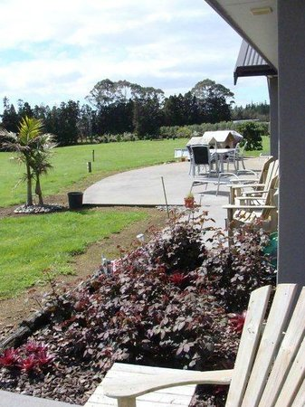 Ipipiri Lodge : Out from the Bay of Islands suite, past Paihia Room