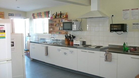 Dorset House Backpackers: Guest self-catered kitchen available 24 hours
