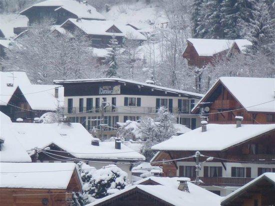 Hotel l'Ours Blanc:                   vue de l'hotel au zoom depuis la passerelle