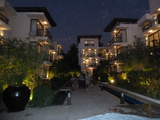 Discovery Shores Boracay:                   Hotel at night