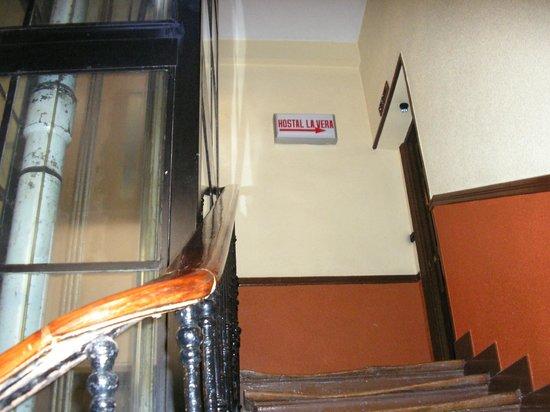 Hostal La Vera:                   entrada (o hostal ocupa parte de um andar do edifício)