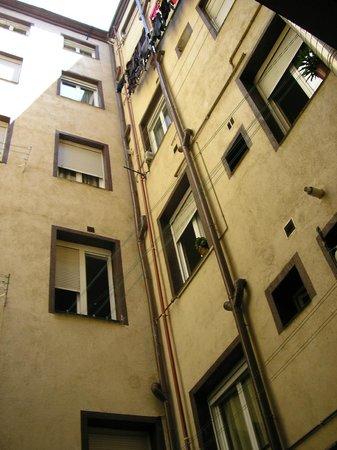 Hostal La Vera:                   vista da janela do quarto (para os fundos do edifício)