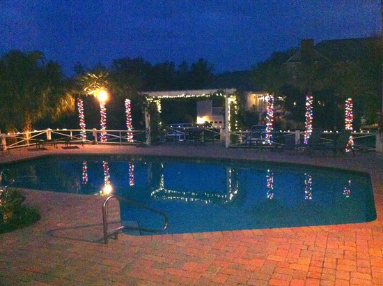 Grandview Bed and Breakfast:                   Evening by the pool