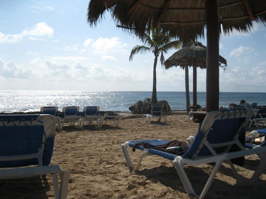 Dreams Puerto Aventuras Resort & Spa:                   Beach by the Barracuda Bar
