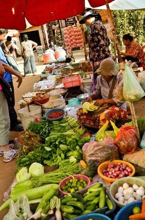 Kompong Phluk:                   Local market-daily fresh food
