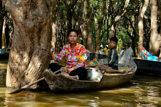 Kompong Phluk:                   Locals on rowboats in flooed forest