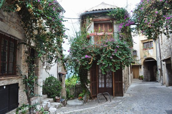 Cagnes-sur-Mer, Francia:                   Le Haute de Cagnes - the center house is very very narrow!